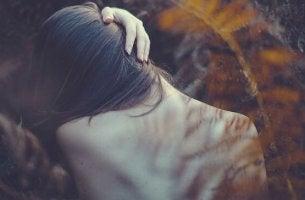 Donna di spalle con disturbi emotivi