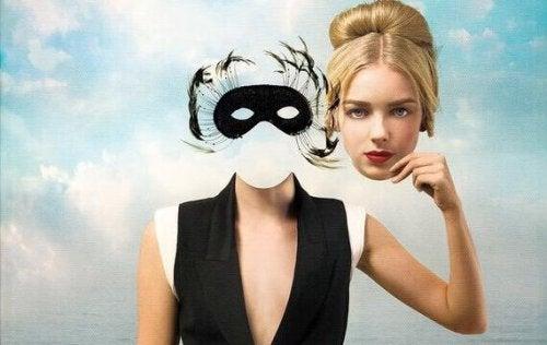 Donna che tiene il suo volto, come rappresentazione delle frasi di Jacques Lacan