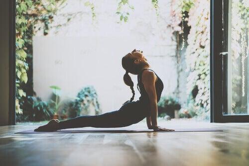 Donna che pratica lo yoga