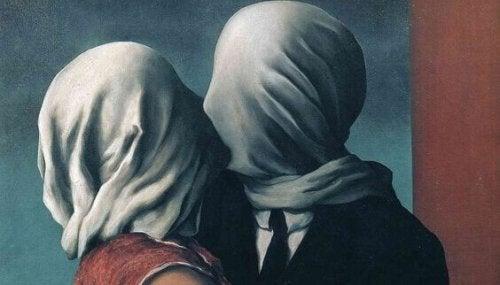 Figure con volti coperti da un lenzuolo che si baciano