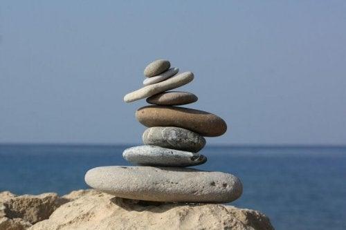 Pietre in equilibrio una sopra l'altra, come simbolo dell'armonia tra filosofia e psicologia