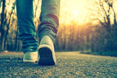 Persona che cammina tentando di migliorare una giornata storta