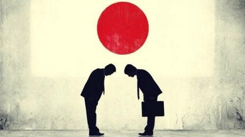 Giapponesi che si salutano, simbolo della psicologia giapponese
