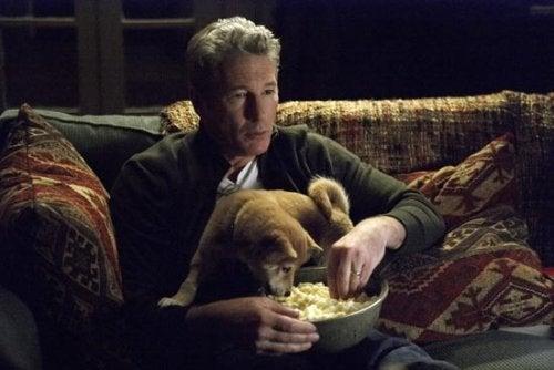 Uomo con il suo cane nel film Hachiko