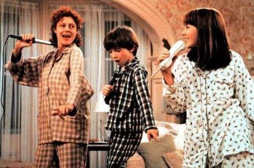 Madre con i suoi figli nel film Nemiche Amiche
