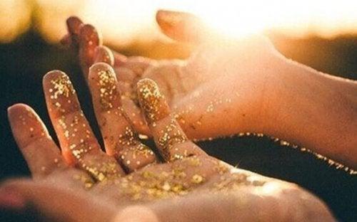 Mani con polvere dorata