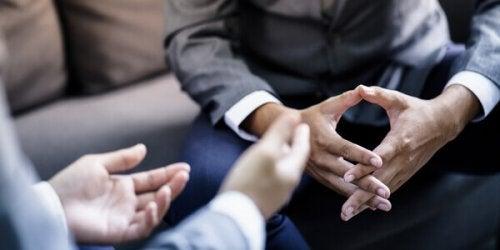 Mani di due uomini che stanno conversando