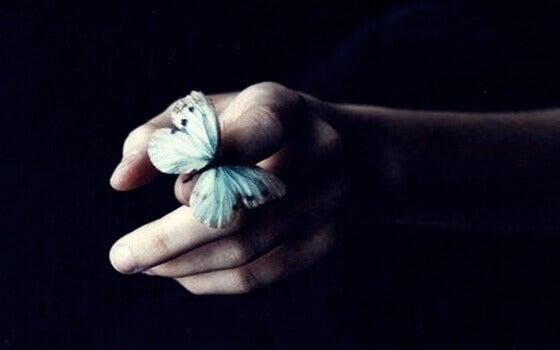 Mano con farfalla