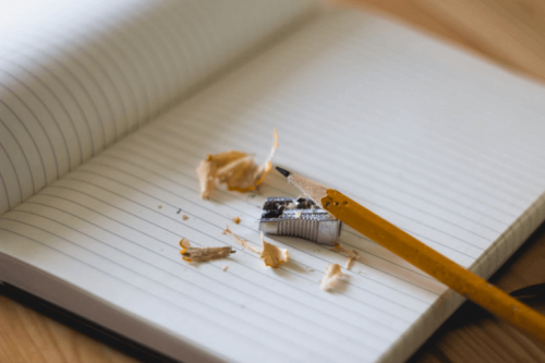Matita appuntita e quaderno