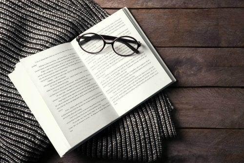Occhiali appoggiati su libri di psicoanalisi