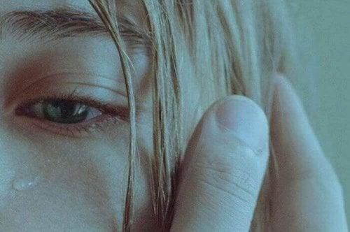 Occhio di donna che piange per l'abuso subito