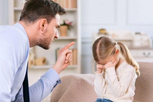 Padre che brontola sua figlia che piange