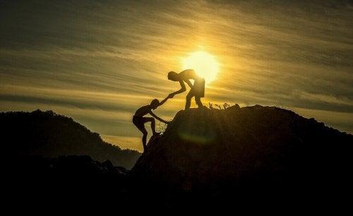 Persona che aiuta l'altra