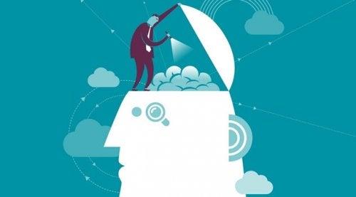 Persona che esplora il cervelllo per inserire i trucchi della PNL