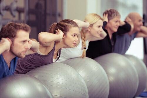 Persone che ottengono benefici psicologici del pilates