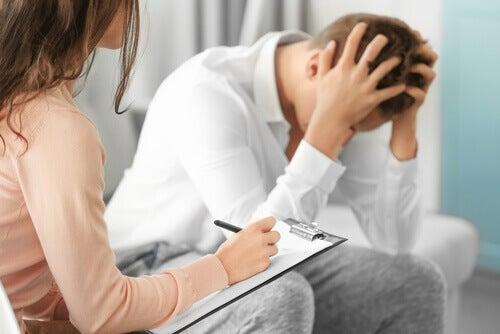 Psicologa che cura professionista della salute