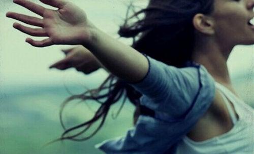 Ragazza con le braccia aperte, felice di essere una persona autorealizzata