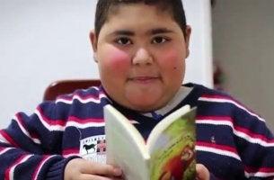 Ruben Dario con un libro