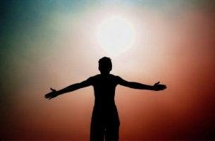 Sagoma di un uomo davanti al sole