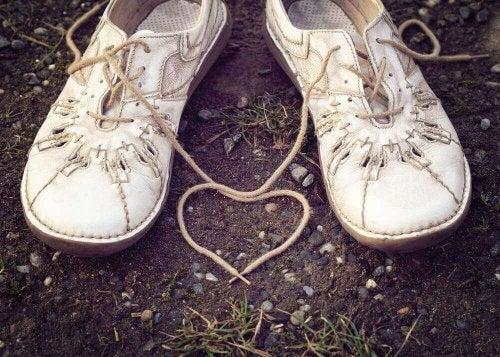 Scarpe attaccate che simboleggiano il potere di gestire le emozioni