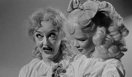 """Scena del film """"Che fine ha fatto Baby Jane?"""", in cui una donna tiene una bambola"""