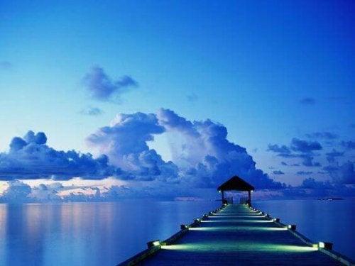 Scenario in blu con paesaggio di mare