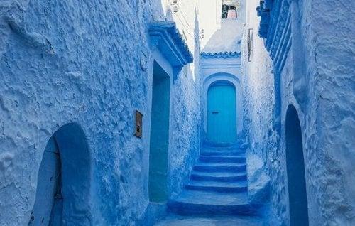 Strada di un paesino blu, il colore che riduce lo stress