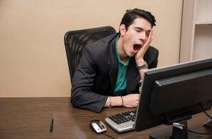 Uomo annoiato con sindrome di boreout