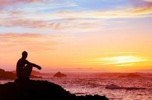 Uomo davanti al mare che pensa alle teorie filosofiche