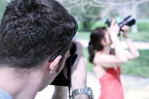 Uomo che fotografa una donna che a sua volta sta fotografando