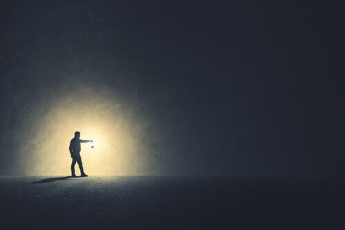 Uomo con una lanterna nell'oscurità