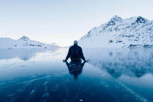 Uomo seduto sopra al ghiaccio