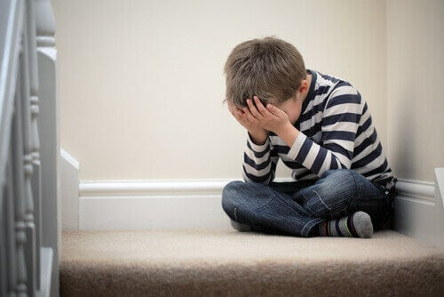 Bambino triste che subisce la mortificazione familiare