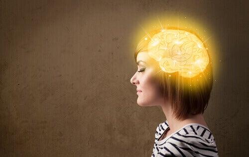 Donna con cervello illuminato
