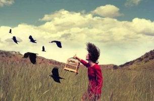 Donna libera uccelli in gabbia