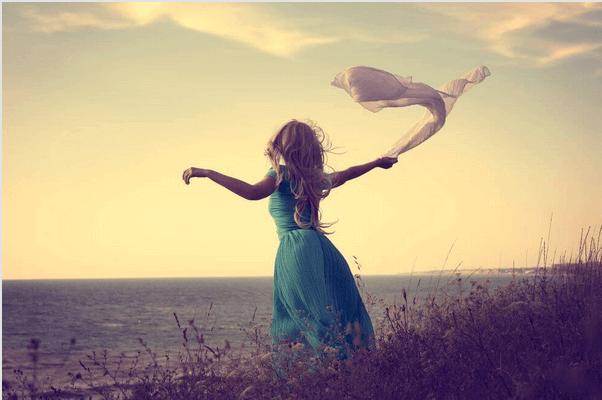 Donna sola con fazzoletto in mano