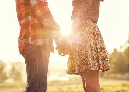 Fidanzati si tengono per mano