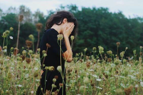 Ragazza che nasconde il viso ingredienti della felicità