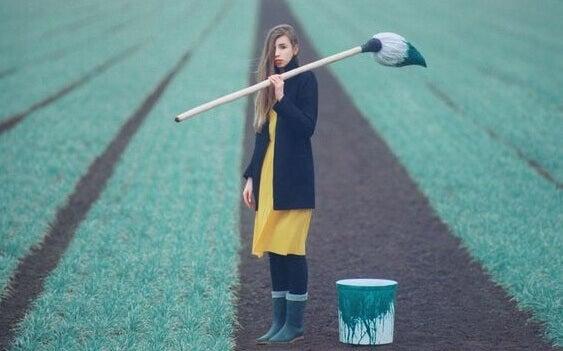 Ragazza con pennello in campagna