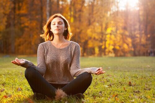Ragazza medita in un campo