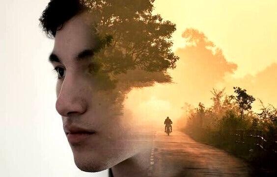 Ragazzo con moto sullo sfondo