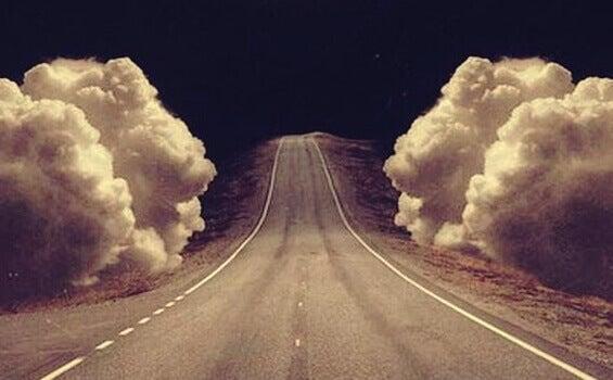 Strada accerchiata da nuvole 1