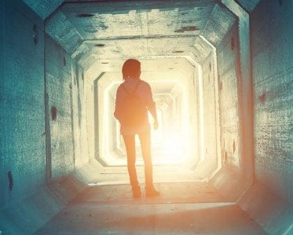 Adolescente in un tunnell