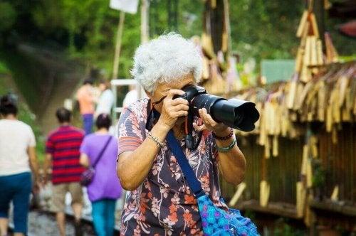 Donna anziana che fa una foto