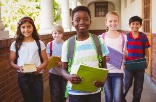 Bambini felici a scuola inclusione