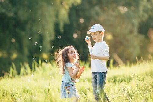 Bambini che fanno le bolle di sapone