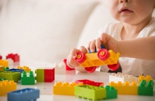 Bambino con lego gioco e sviluppo infantile