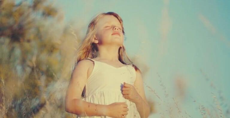 Bambina che fa esercizi di respirazione per bambini