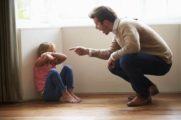 Padre che urla contro la figlia