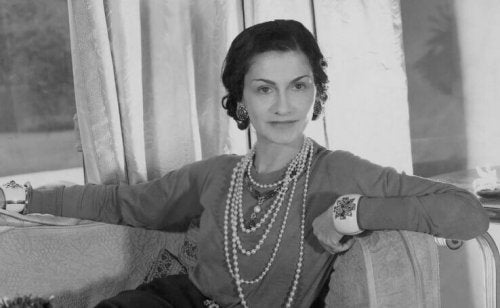 Coco Chanel in posa